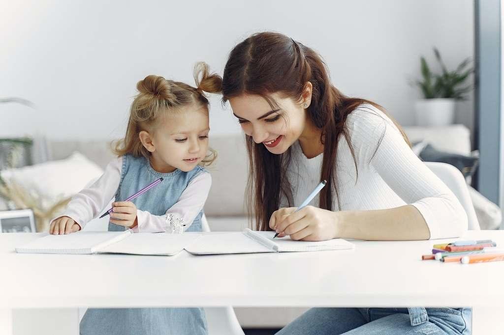mae ensinando filha a ler as silabas simples